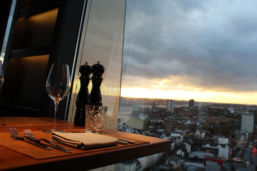 clouds-Heavens-Kitchen-Bar-Tisch2 – FASHION BOSS